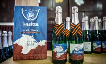 Foto: Krimā par godu iekļaušanai Krievijā rada svētku šampanieti