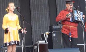 Putinu slavinošā dziesmā saskata līdzību ar 'Hitlerjugend' maršu