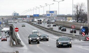 Trīs auto avārijā uz Dienvidu tilta cieš sieviete
