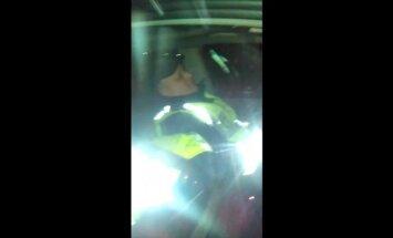 Video: Pie kultūras nama Aizkrauklē nofilmē divus dusošus policistus