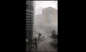 Video: Applūdis Maiami centrs, un tornado draud plosīt Džeksonvilu