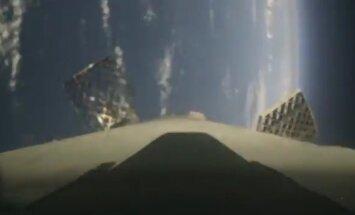 Video: 'SpaceX' nesējraķetes piezemēšanās uz platformas okeānā