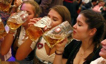 Foto: Minhenē vērienīgi atklāts līksmais alus festivāls 'Oktoberfest'