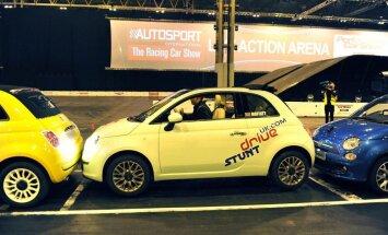 Video: Ar 'FIAT 500' pārspēj paralēlās parkošanās Ginesa rekordu