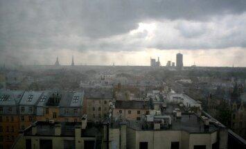 Svētdienā debesis lielākoties klās mākoņi, vietām neliels lietus