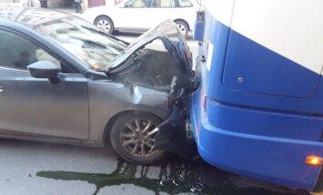 Rīgā uz Brīvības ielas automašīna ietriekusies trolejbusā