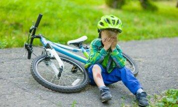 Kritieni, sasitumi, nobrāzumi: kā bērnam palīdzēt tipisko vasaras traumu gadījumos