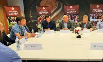 Foto: LFF vadība, Starkovs un virslīgas klubu treneri pārrunā aktuālos jautājumus