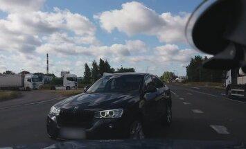 """ВИДЕО: Дама на BMW выехала на """"встречку"""" и показала неприличный жест"""
