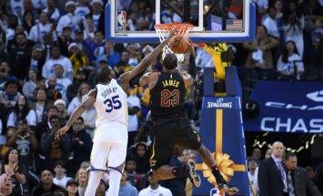 NBA: tiesneši Ziemassvētku mača pēdējās minūtēs nenosvilpa trīs Duranta noteikumu pārkāpumus