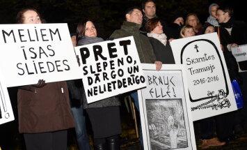 ФОТО: Протест против прокладки трамвайной линии по ул. Сенчу в Риге