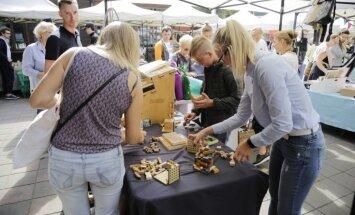 Foto: Rīdzinieki tekalē pa Kalnciema kvartāla 'Burtu tirgu'