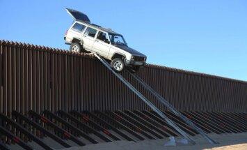 Meksikas kontrabandistu auto 'uzkāries' uz ASV robežas sētas