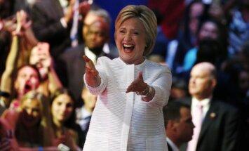 Klintone gatavojas 'dīvainām' debatēm ar Trampu