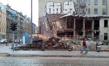 Video: Putekļiem mutuļojot, Rīgas centrā nojauc nākamo graustu