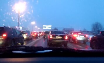 В пятницу вечером из-за аварии на Краста в Риге образовалась гигантская пробка (ВИДЕО)