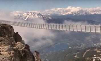 Pastaiga mākoņos: tilts Kanādā, kas savieno divas kalnu virsotnes