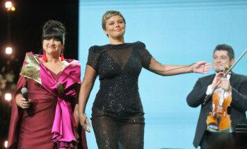 Linda Leen pārsteidz ar ļoti drosmīgu tērpu