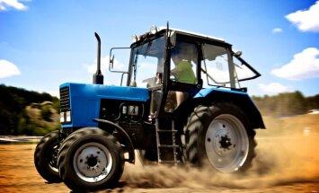 Video: Krievijā ar traktoru iznīcina tonnām tomātu, persiku, nektarīnu un siera