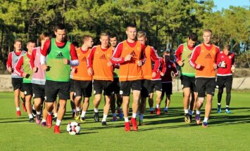 Foto: Latvijas futbola izlase lej sviedrus Portugālē