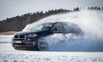 Video: Šlēgelmilhs ar BMW uz aizsalušā Baltezera izbrauc bobsleja trases virāžas