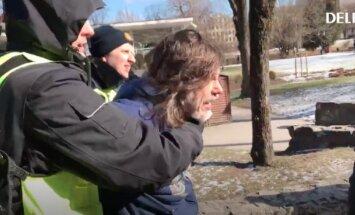 """ВИДЕО: У памятника Свободы задержаны два человека, в том числе иностранец, кричавший """"Вы фашисты"""""""