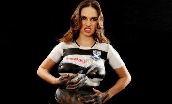 Latviešu kailfoto modele Sabīne apgleznotām krūtīm fano par futbolu