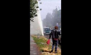 ФОТО, ВИДЕО: Во время гидравлической проверки в Пурвциемсе прорвало трубы