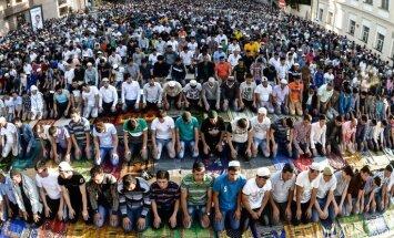 Foto: Krievijas musulmaņu tūkstoši lūdzas Maskavā