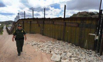 Трамп согласился отложить строительство стены на границе