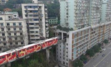 Ar vilcienu gandrīz guļamistabā – Ķīnas miljonu pilsētā dzelzceļš izbūvēts cauri dzīvojamajai mājai