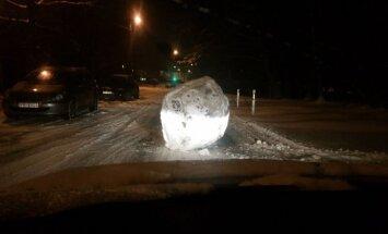 Autovadītāju Vecmīlgrāvja ielās pārsteidz prāvas sniega bumbas