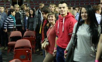 Foto: Rīgā skolēni mēģina pārspēt Ginesa rekordu