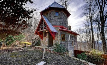 Foto: Miera mikas dzīve hobitu stilā – burvīgs tūristu namiņš kalnos