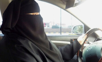 Saūda Arābijā no svētdienas sievietēm ir atļauts vadīt auto