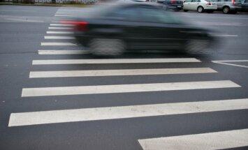 Rīgā autobusa un auto sadursmē cieš sieviete; Sērenē, Aizkrauklē un Kūkās notriec gājējus