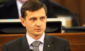 Коалиция отказалась пересмотреть соцвзносы с размера минимальной зарплаты в Латвии