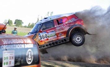 Dakaras rallijs sākas ar smagu avāriju
