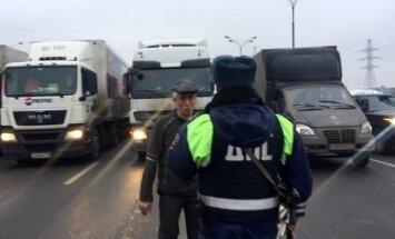 Krievijas kravas auto vadītāji sāk akciju 'gliemezis'; Maskavas apvedceļš bloķēts