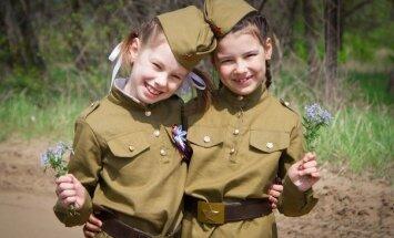 Foto: Uzņēmīgi ļaudis Krievijā aicina bērnus tērpt sarkanarmiešu kostīmos