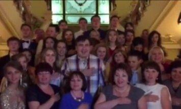 Video: Jaunais Odesas gubernators Saakašvili nakts vidū dzied Ukrainas himnu