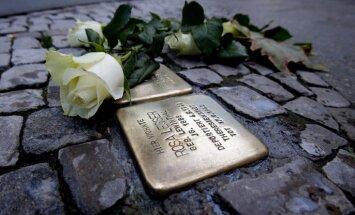 Lietuvā četrās pilsētās ietvēs iebūvēs 'klupšanas akmeņus' holokausta upuru piemiņai