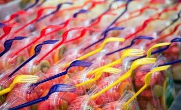 Bezmaksas lielie plastmasas maisiņi veikalos izskausti, jāvērš skats uz ražotāju iepakojumiem