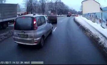 Video: Agresīvs BMW vadītājs Rīgas ielās