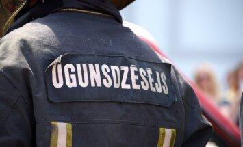 Operatīvie dienesti un karavīri aizvien turpina dzēst ugunsgrēku Ādažu poligonā