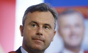 Austrijas prezidenta kandidāts mīkstina tēlu pirms balsojuma
