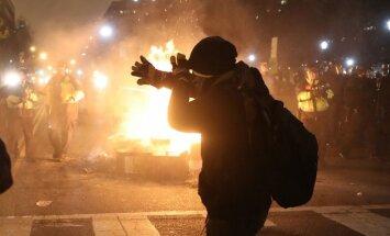 Foto un video: Ar iespaidīgiem protestiem sākusies Trampa ēra