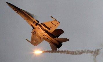 ASV iznīcinātāji Japāņu jūrā pavada Krievijas militārās lidmašīnas