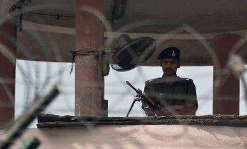 Vīrietis Indijā policijai atzinies sievas slepkavībā, uz iecirkni līdzi atnesot sievas galvu