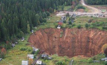 Foto: Kā no liela līdz gigantiskam paplašinājies caurums Solikamskā